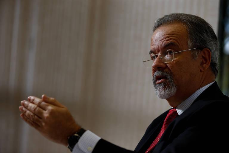 O ministro da segurança pública Raul Jungmann faz movimento com as mãos durante entrevista exclusiva em seu gabinete