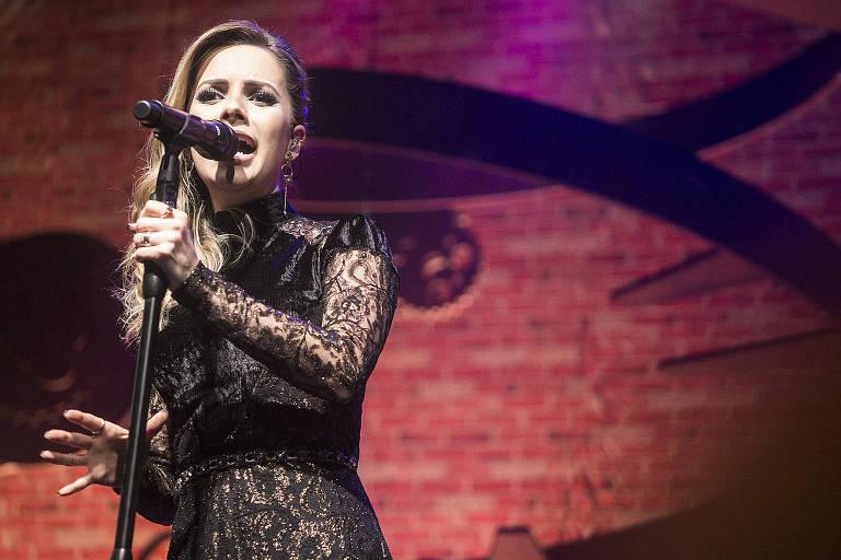 A cantora Sandy, 35, durante show de sua última turnê, ''Meu Canto'', no Tom Brasil