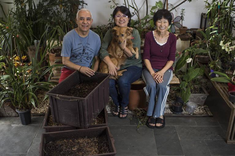 Carlos de Oliveira, 54, arquiteto, ao lado de sua mulher, Marisa Maeda, 54, a sua sogra, Mieko Maeda, 79
