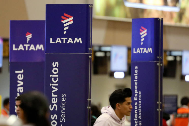 Passageiros em área da Latam Airlines, no aeroporto Jorge Chavez, em Callao, no Peru