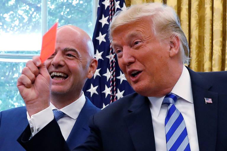 O presidente dos EUA, Donald Trump, apresentou um 'cartão vermelho' para a mídia durante encontro com o presidente da Fifa na Casa Branca no dia 28 de agosto de 2018