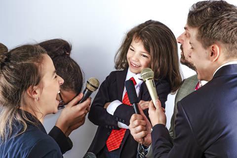 Portrait of a little boy has an interview in the microphone in the studio, entertainment and art, indoor DIREITOS RESERVADOS. NÃO PUBLICAR SEM AUTORIZAÇÃO DO DETENTOR DOS DIREITOS AUTORAIS E DE IMAGEM