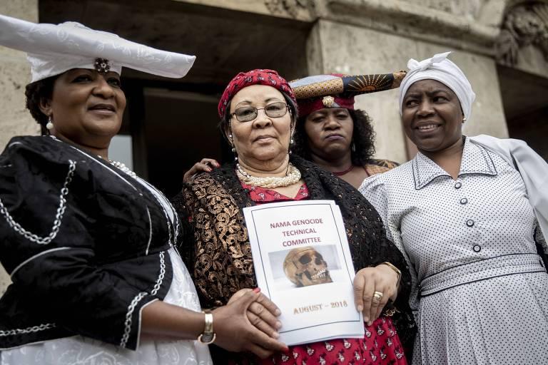 Esther Utjiua Muinjangue (esq.), representante da associação dos descendentes dos Hereros e Namas vítimas de genocídio na Namíbia na era colonial, protestam em Berlim