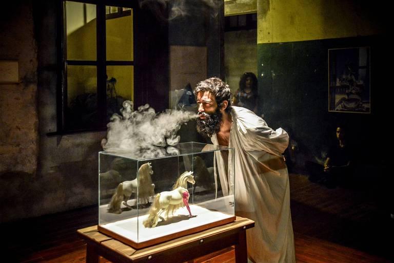 """Performance """"Lágrimas de Nossa Senhora"""", de Arthur Scovino, apresentada na mostra """"Retrotopias"""""""