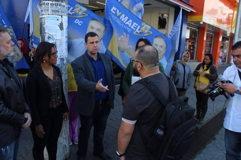 Major Adriano da Costa e Silva, candidato a governador de São Paulo pela DC, e a vice de sua chapa, cabo Fátima, em ato de campanha em Mauá (SP)