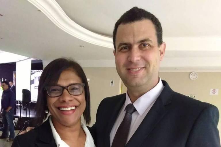 Major Adriano da Costa e Silva , candidato a governador de São Paulo pelo DC, e a vice de sua chapa, cabo Fátima
