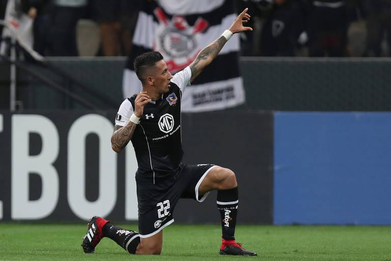 O ex-palmeirense Lucas Barrios marcou o gol que deu a vaga ao Colo-Colo às quartas de final da Libertadores