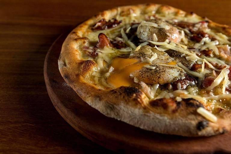 Pizza carbonara servida no restaurante Pinocchio Cucina, nos Jardins