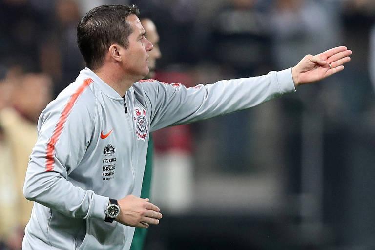 f5643584bf Osmar Loss orienta o Corinthians durante partida contra o Colo-Colo (CHI) na