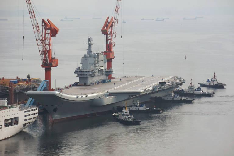 O primeiro porta-aviões construído no país saiu de seu cais na cidade portuária de Dalian, no mar de Bohai, no dia 26 de agosto de 2018