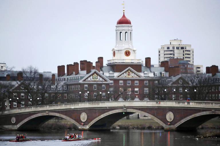 Remadores passam pelo rio Charles ao lado do campus da Universidade Harvard, em Cambridge, Massachusetts