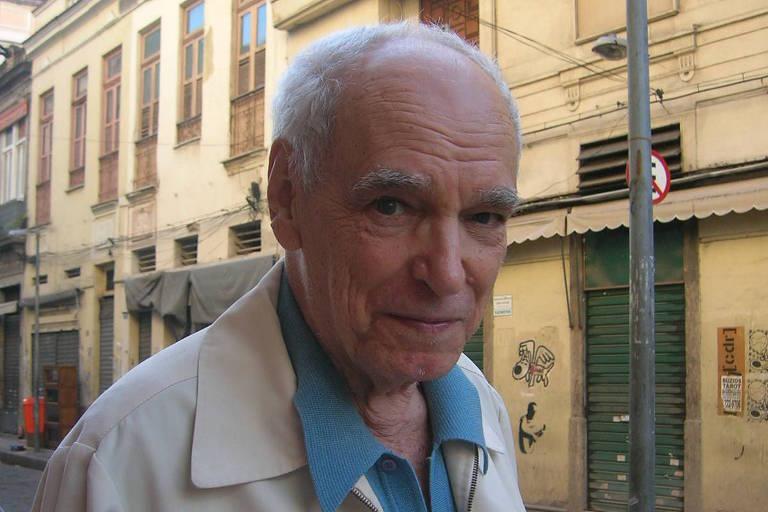O poeta Wlademir Dias-Pino em rua do centro de Rio, em 2008