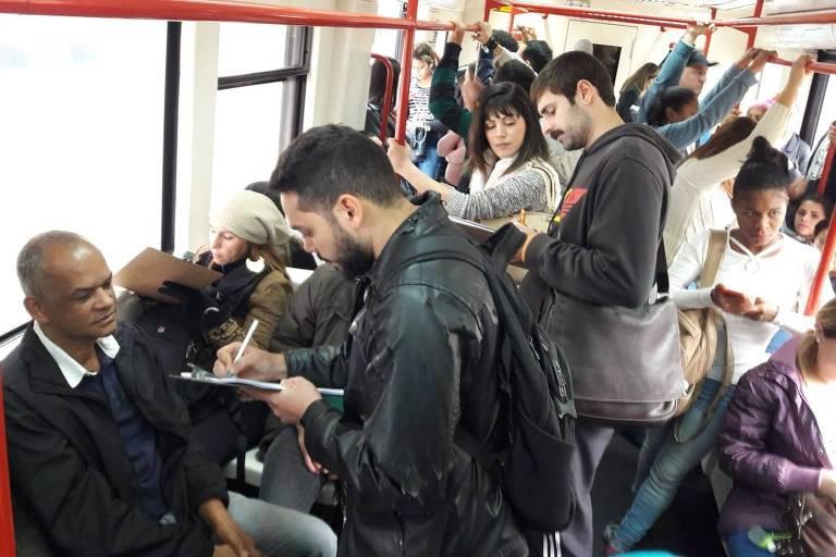 Militantes recolhem assinaturas em trem da CPTM para criar o partido Unidade Popular pelo Socialismo