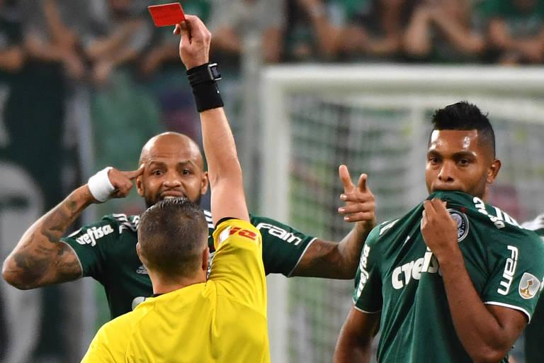 O árbitro argentino German Delfino expulsa o volante Felipe Melo, do Palmeiras, após entrada violenta em jogador do Cerro Porteño, do Paraguai, em partida válida pelas oitavas de final da Libertadores