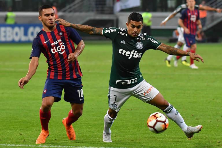 Dudu, do Palmeiras, é cercado por Rojas, do Cerro Porteño, em partida válida pelas oitavas de final da Libertadores