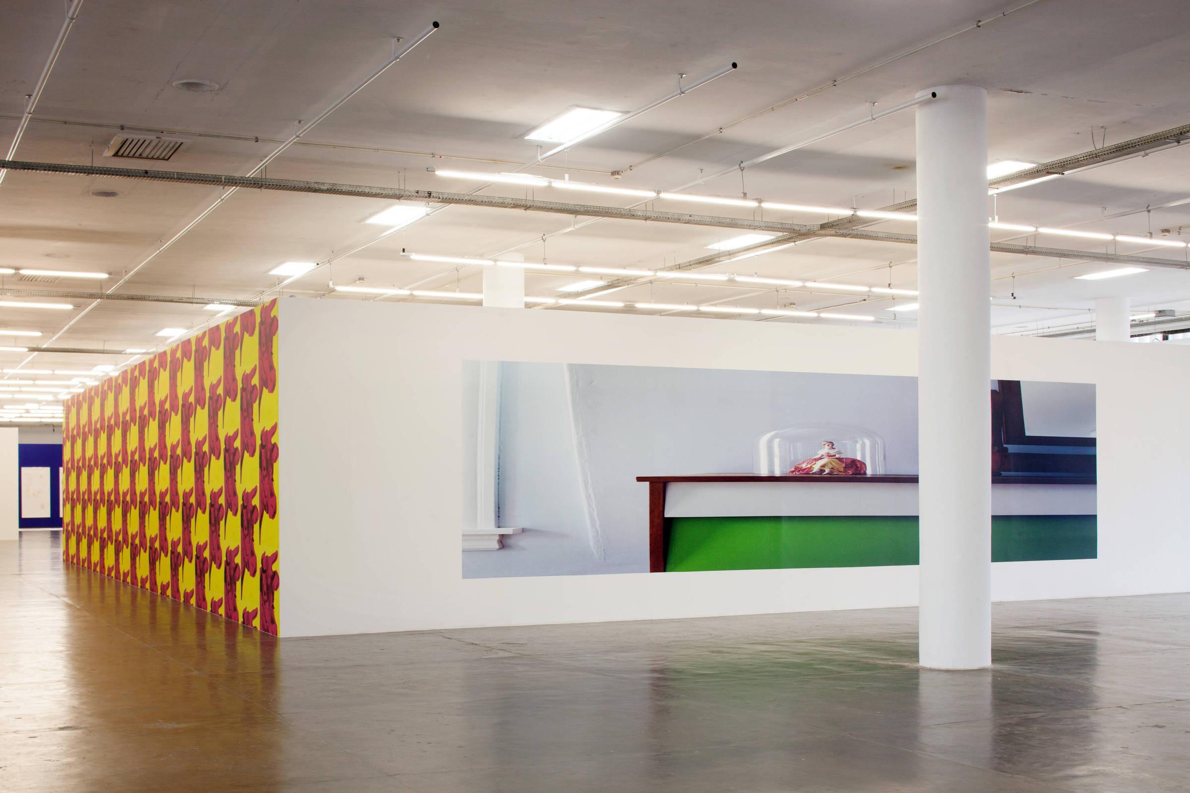 À esq., 'Warhol Cow Wallpaper', de Sturtevant, 1996; à dir. 'Adjusted to Fit', de Louise Lawler, 1998 (Tuca Vieira/Folhapress)