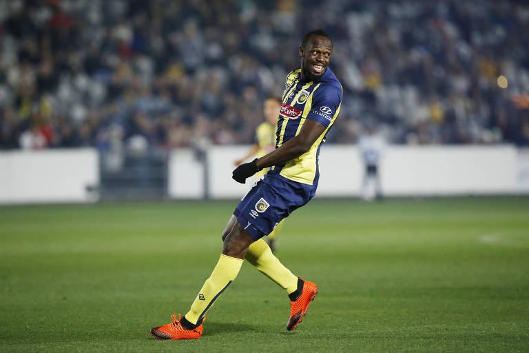 Estreia de Usain Bolt no futebol tem canelada e até chance de gol perdida