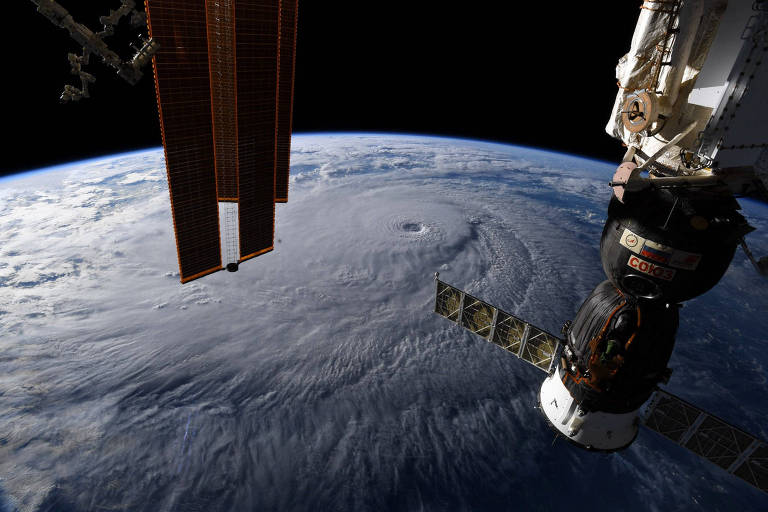 Foto tirada do espaço pelo astronauta Ricky Arnold, da ISS, mostra furacão perto do Havaí