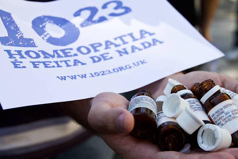 """Manifestante segura placa """"Homeopatia é feita de nada"""""""