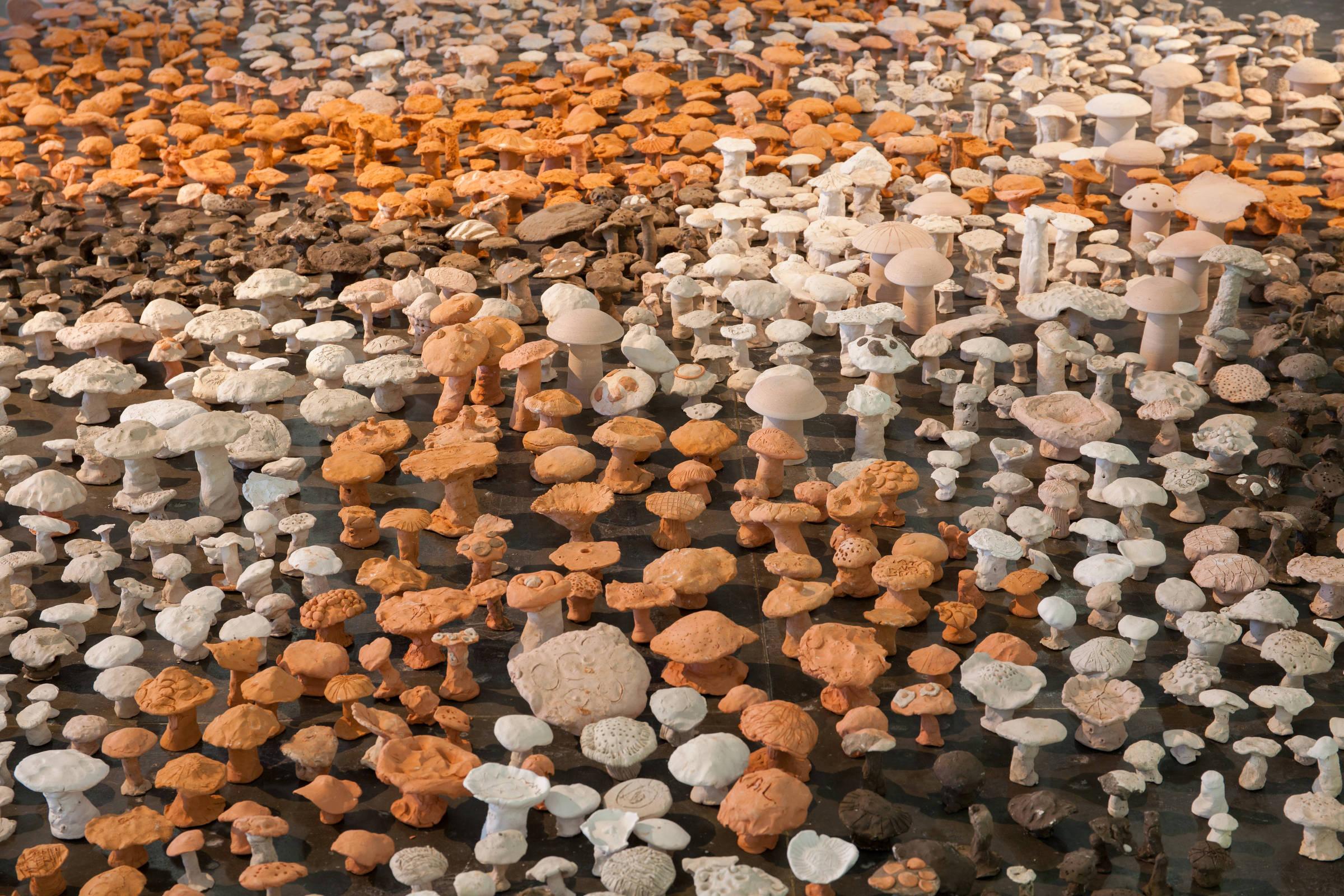 Cogumelos parte da instalação 'Vivam os Campos Livres', feitos por crianças de escolas de São Paulo e trabalhadores da Bienal (Tuca Fernandes/Folhapress)
