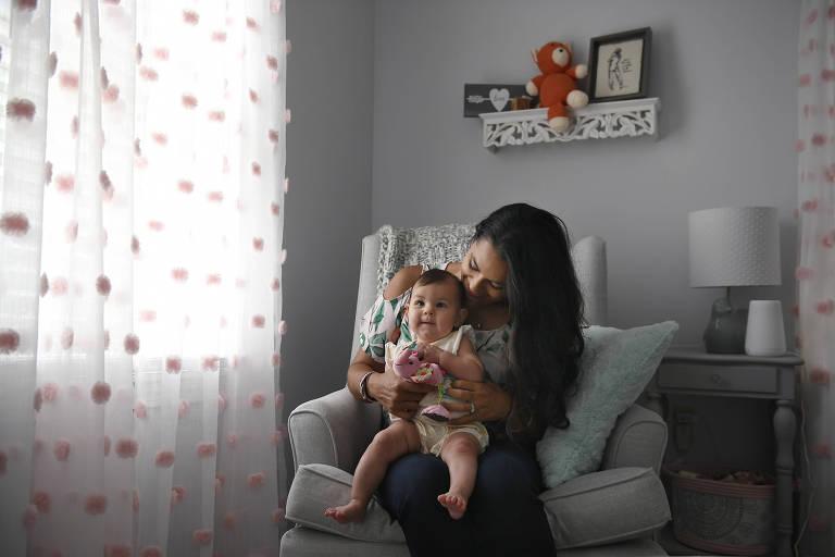 Nicole Roberts com a filha Amelia, de cinco meses; ela é uma das mulheres que cada vez mais recorrem a apps de fertilidade