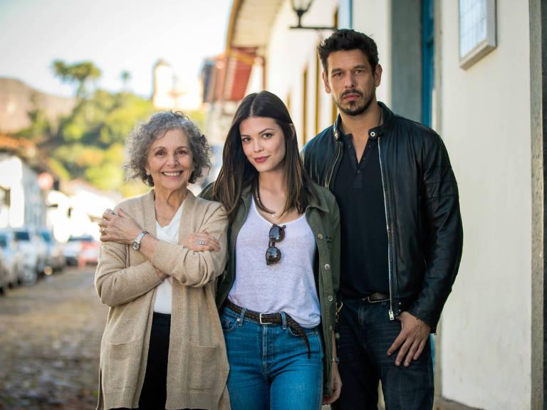 Margot (Irene Ravache) recebe a visita de Cris (Vitória Strada) e Alain (José Vicente de Castro) em Rosa Branca