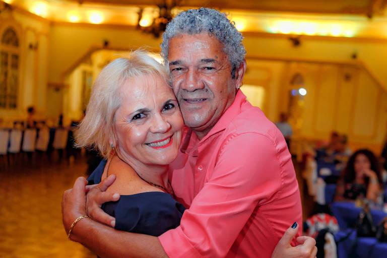 Norival Eli, 65, e Celina Caldas, 55, fazem amizade em baile da zona oeste de São Paulo