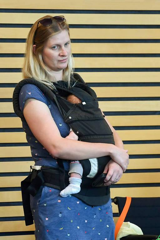 A deputada Madeleine Henfling com seu bebê no Parlamento estadual da Turíngia, em Erfurt, no centro-leste da Alemanha