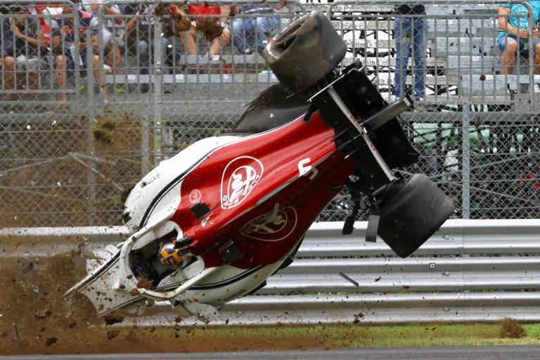 O sueco Marcus Ericsson capotou o carro após uma falha no sistema DRS
