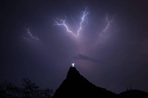 (161012) -- RIO DE JANEIRO, octubre 12, 2016 (Xinhua) -- Imagen del 27 de septiembre de 2015 de relámpagos iluminando el cielo sobre la estatua de Cristo Redentor en la cima del Cerro del Corcovado, en Río de Janeiro, Brasil. De acuerdo con información de la prensa local, la estatua del Cristo Redentor, nombrada como una de las 7 Maravillas del Mundo Moderno, celebra 85 años de su inauguración, el 12 de octubre de 1931. (Xinhua/Xu Zijian) (da) (fnc)