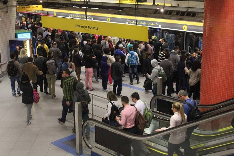 Movimentação intensa de passageiros na estação Luz, Linha 4-Amarela do metrô