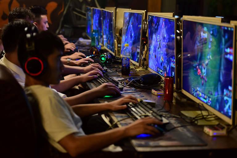 Crianças jogam jogos online em café em Fuyang, no leste da China