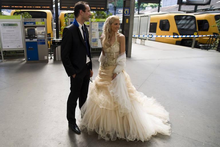 Casal se casa em Portugal; mudança na lei passa a valer neste sábado (1º)
