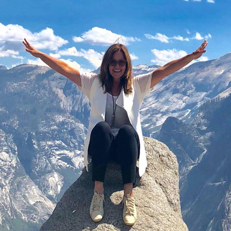 Renata Ceribelli no Glaciar Point, um dos mirantes do Yosemite Park, na Califórnia