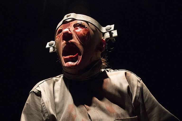 """A atriz Juliana Galdino em """"Frankenstein"""", peça de Sérgio Roveri com direção de Roberto Alvim que estreia no CCBB-SP dentro do projeto Histórias Extraordinárias"""