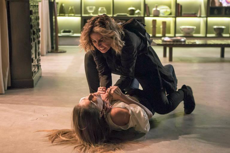 Luzia (Giovanna Antonelli) bate em Karola (Deborah Secco) e a acusa de roubar o seu filho.