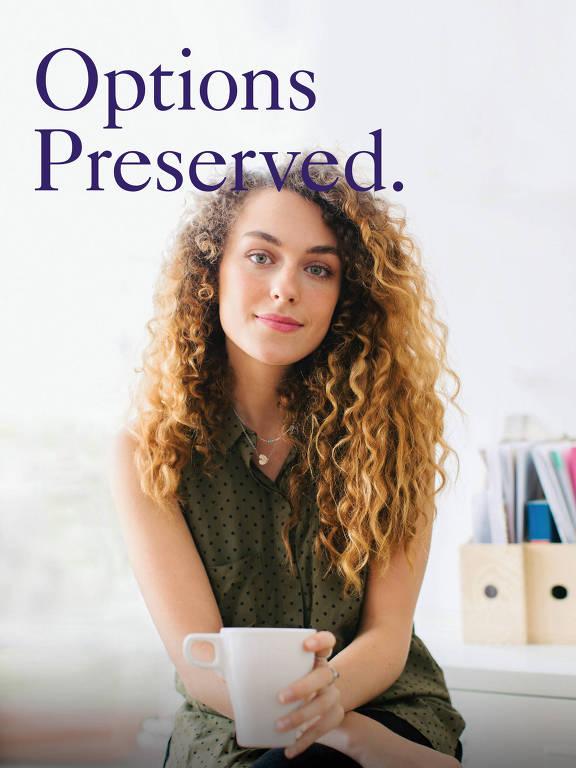 """Mulher olhando para frente segura uma xícara; acima dela há a frase """"Opções Preservadas"""""""