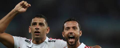 Soccer Football - Brasileiro Championship - Flamengo v Sao Paulo - Maracana stadium, Rio de Janeiro, Brazil- July 18, 2018.   Sao Paulo's Diego Souza (L) and Nene celebrates after the match.   REUTERS/Ricardo Moraes ORG XMIT: AST101