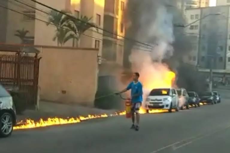 Rapaz tenta apagar trilha de fogo que atinge carros estacionados na avenida  Santa Inês, zona 35400f3039