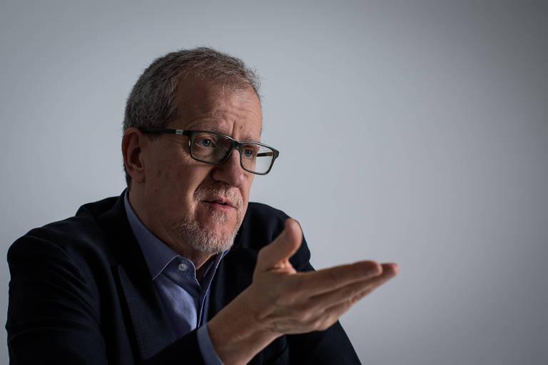 João Paulo Capobianco, coordenador do programa de governo da campanha de Marina Silva, levanta uma das mãos
