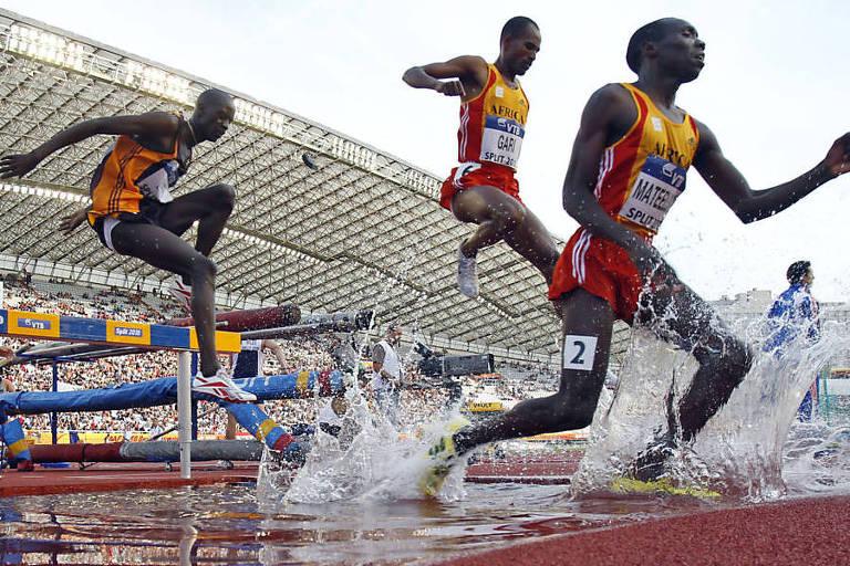 O queniano Richard Kipkemboi Mateelong (à direita) participa da prova dos 3.000 m com obstáculos, representando a equipe da África, durante a edição de 2010 da Copa Continental, em Split (CRO)