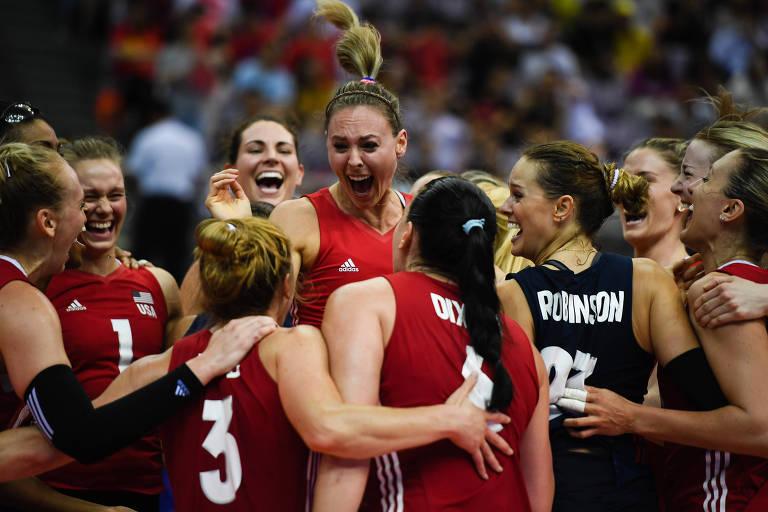 Jogadoras da seleção dos Estados Unidos comemoram a conquista da Liga das Nações de vôlei de 2018, após derrotar a Turquia na final, disputada em Nanjing (CHN)