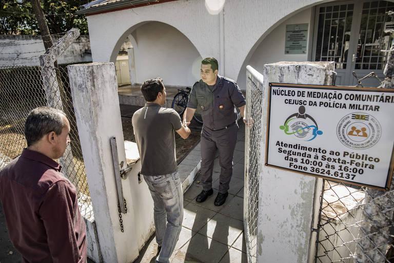 Policial militar recebe cidadãos para sessão de mediação em Araçatuba, no interior de SP