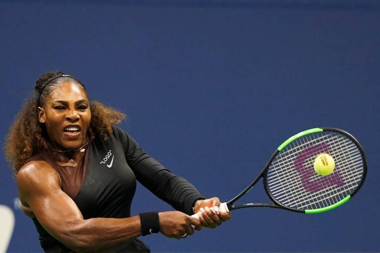 Serena Williams devolve bola durante jogo contra a irmã Venus, pela terceira rodada do Aberto dos Estados Unidos