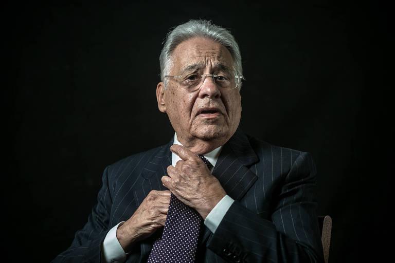 O ex-presidente Fernando Henrique Cardoso ajeita a gravata