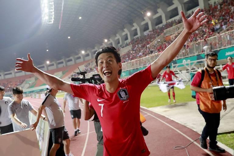 Son Heung-min comemora a medalha de ouro da Coreia do Sul nos Jogos Asiáticos