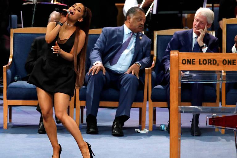 Ex-presidente dos EUA Bill Clinton acompanha apresentação de Ariana Grande