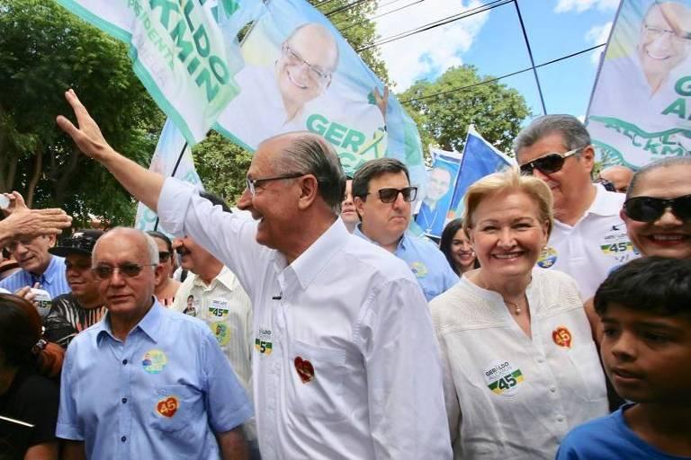 O candidato à Presidência do PSDB, Geraldo Alckmin, faz caminhada ao chegar ao município de Horizonte, Ceará