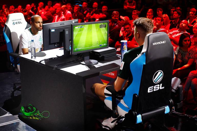 Gamers disputam partida de Pro Evolution Soccer em um campeonato na Alemanha