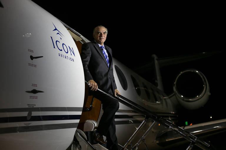 O empresário Michael Klein posa no hangar de sua empresa de aluguel de jatos, a Icon Aviation, em Brasília